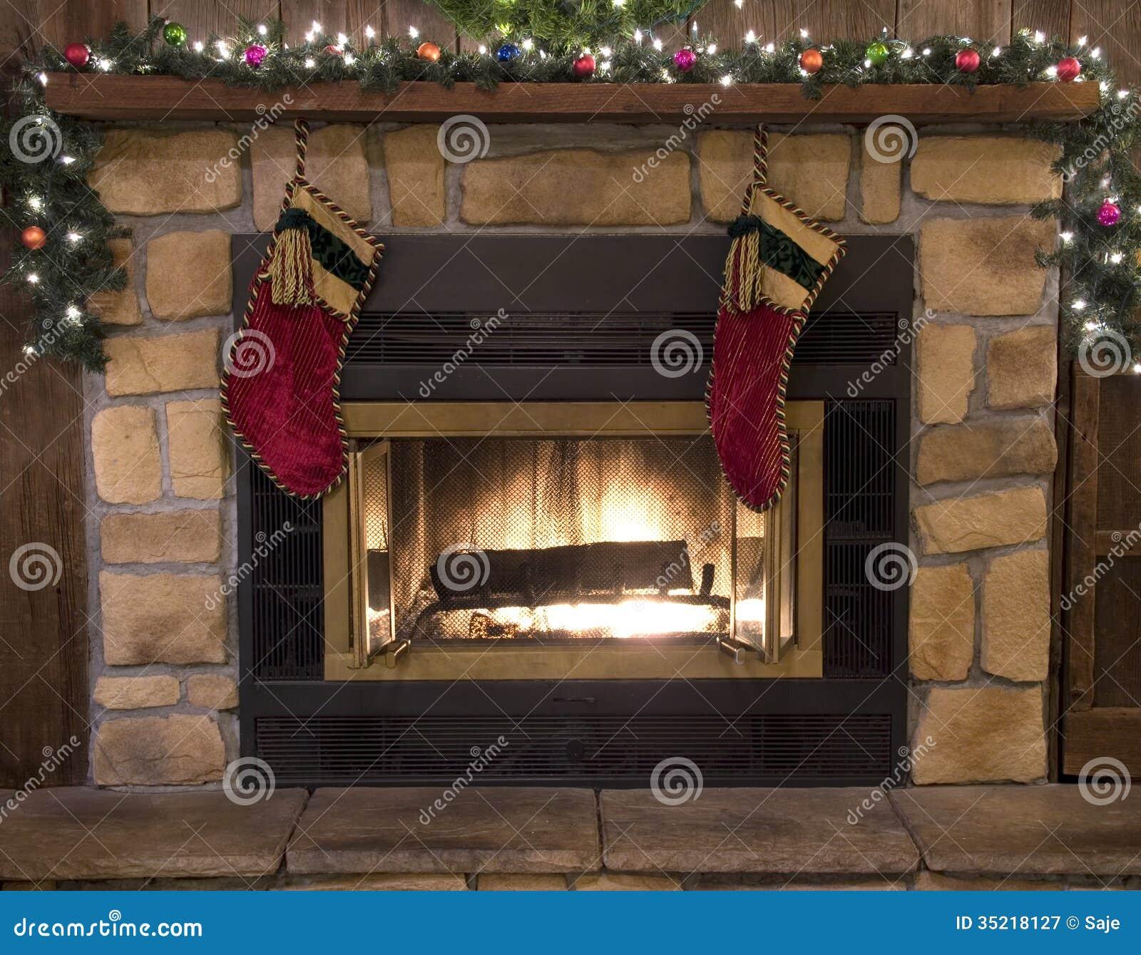 Paisaje del hogar y de las medias de la chimenea de la Navidad