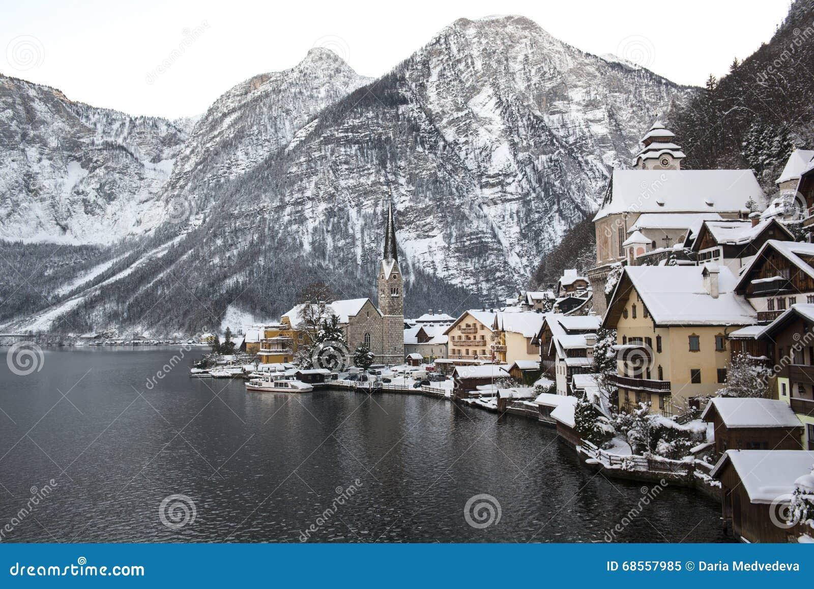 Paisaje del invierno con las montañas y pequeña ciudad Hallstatt e iglesia famosa, Austria