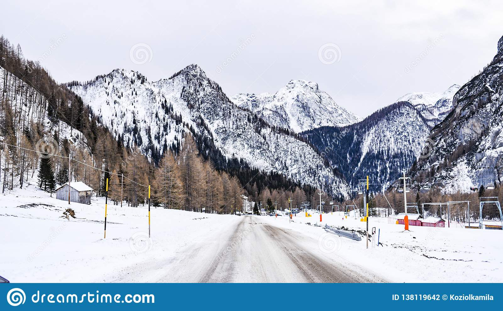 Paisaje del invierno de las montañas de las dolomías en Italia