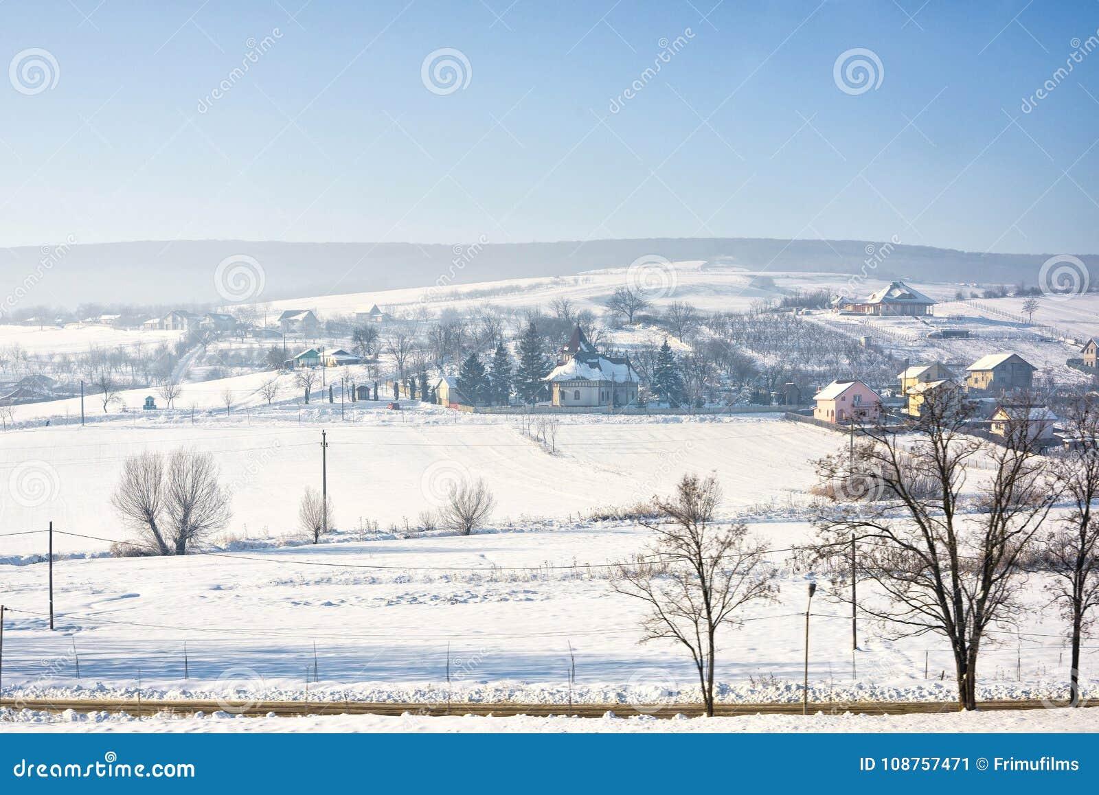 Paisaje del invierno del pueblo de Rumania con nieve