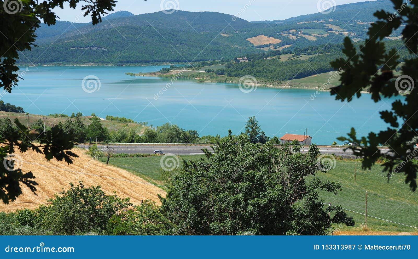 Paisaje del lago Montedoglio Un lago artificial o un lavabo, uno del más grande de Europa Toscana Italia