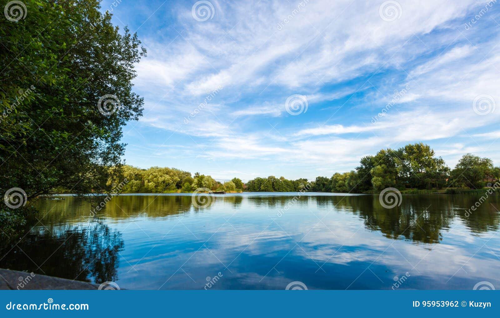 Paisaje del lago summer con los árboles y el arbusto verdes, Woking, Surrey