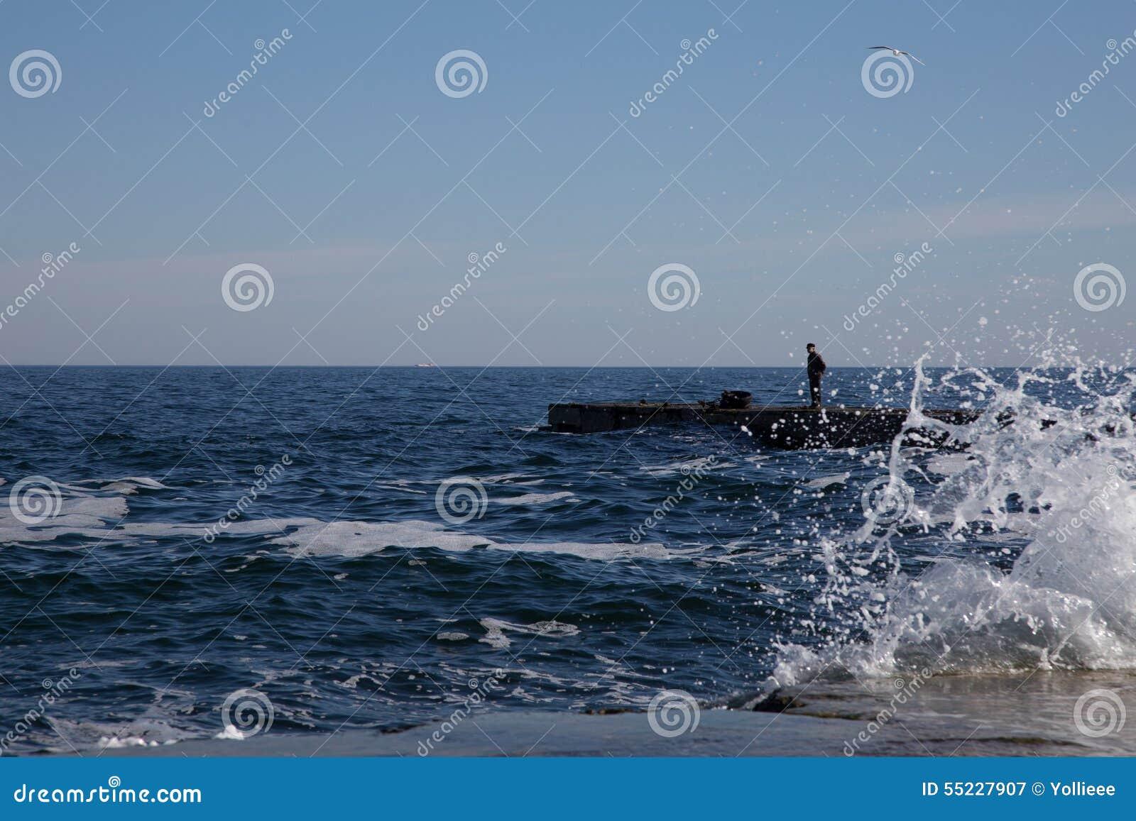 Paisaje del mar con una figura de un hombre foto de - Bater roca precios ...