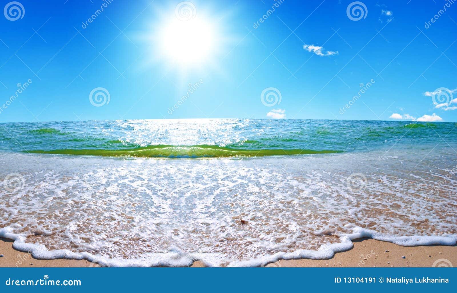 Paisaje del mar del verano con el cielo solar