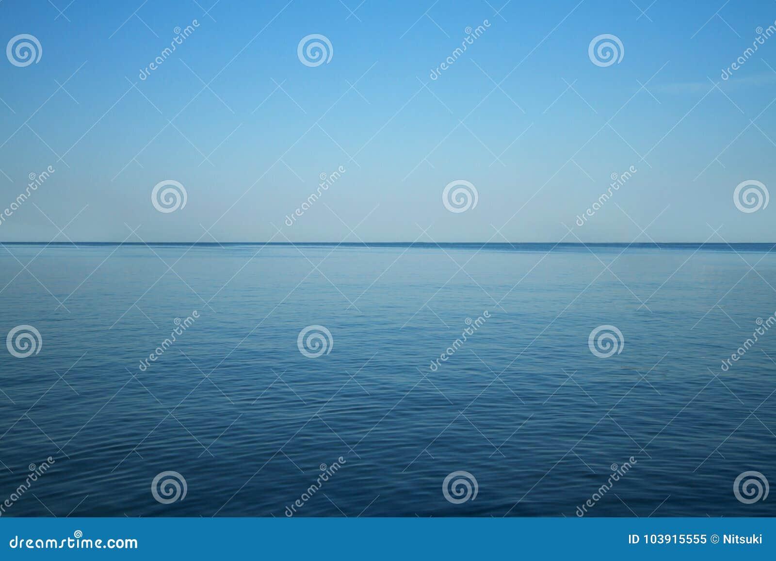 Paisaje del océano azul y del cielo claro