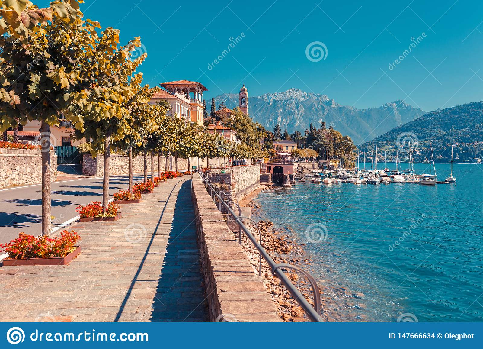 Paisaje del panorama en el lago hermoso Como en Tremezzina, Lombardía, Italia Peque?a ciudad esc?nica con las casas tradicionales