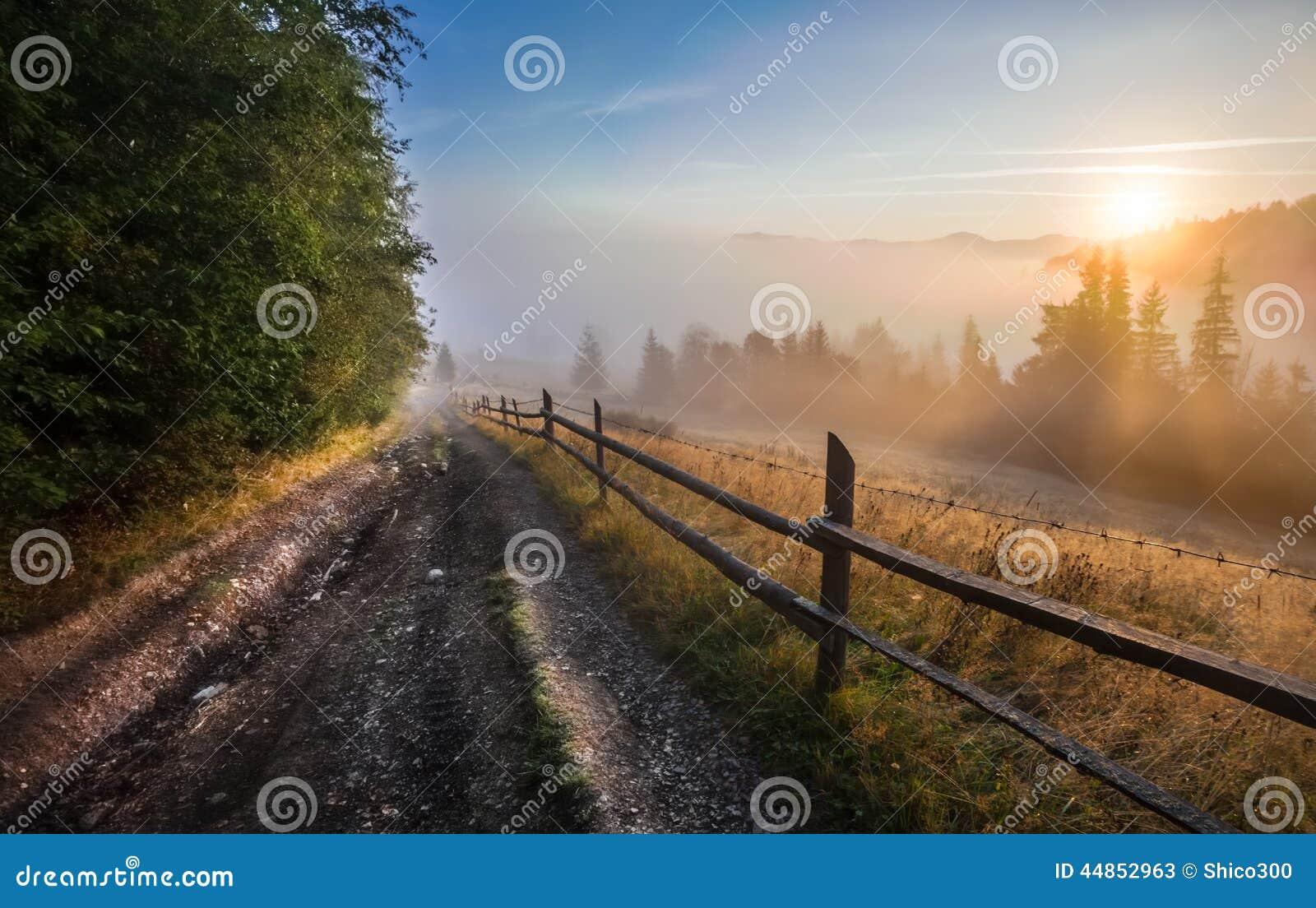 Paisaje del valle de la montaña de la niebla y de la nube,