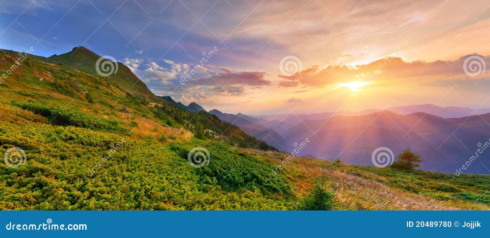 Paisaje del verano en las montañas