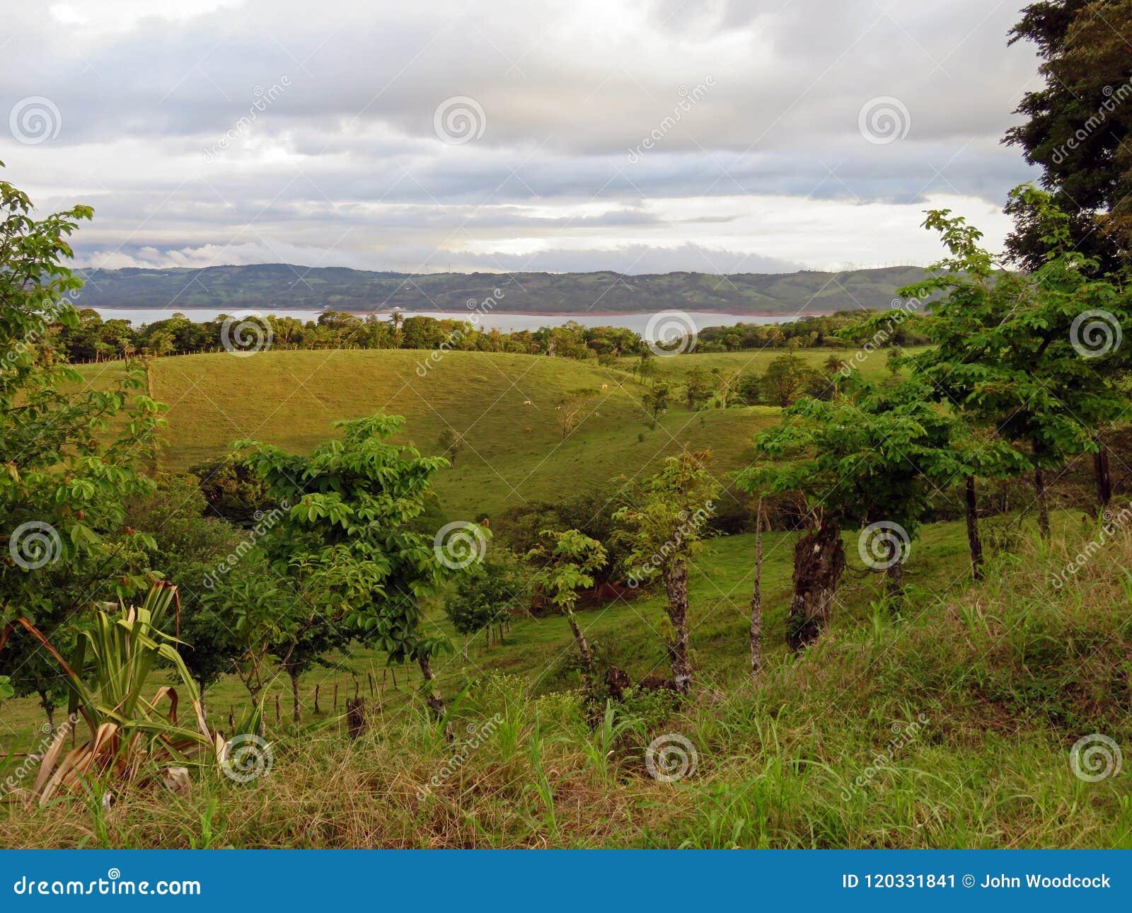 Paisaje en Costa Rica con el lago Arenal en fondo