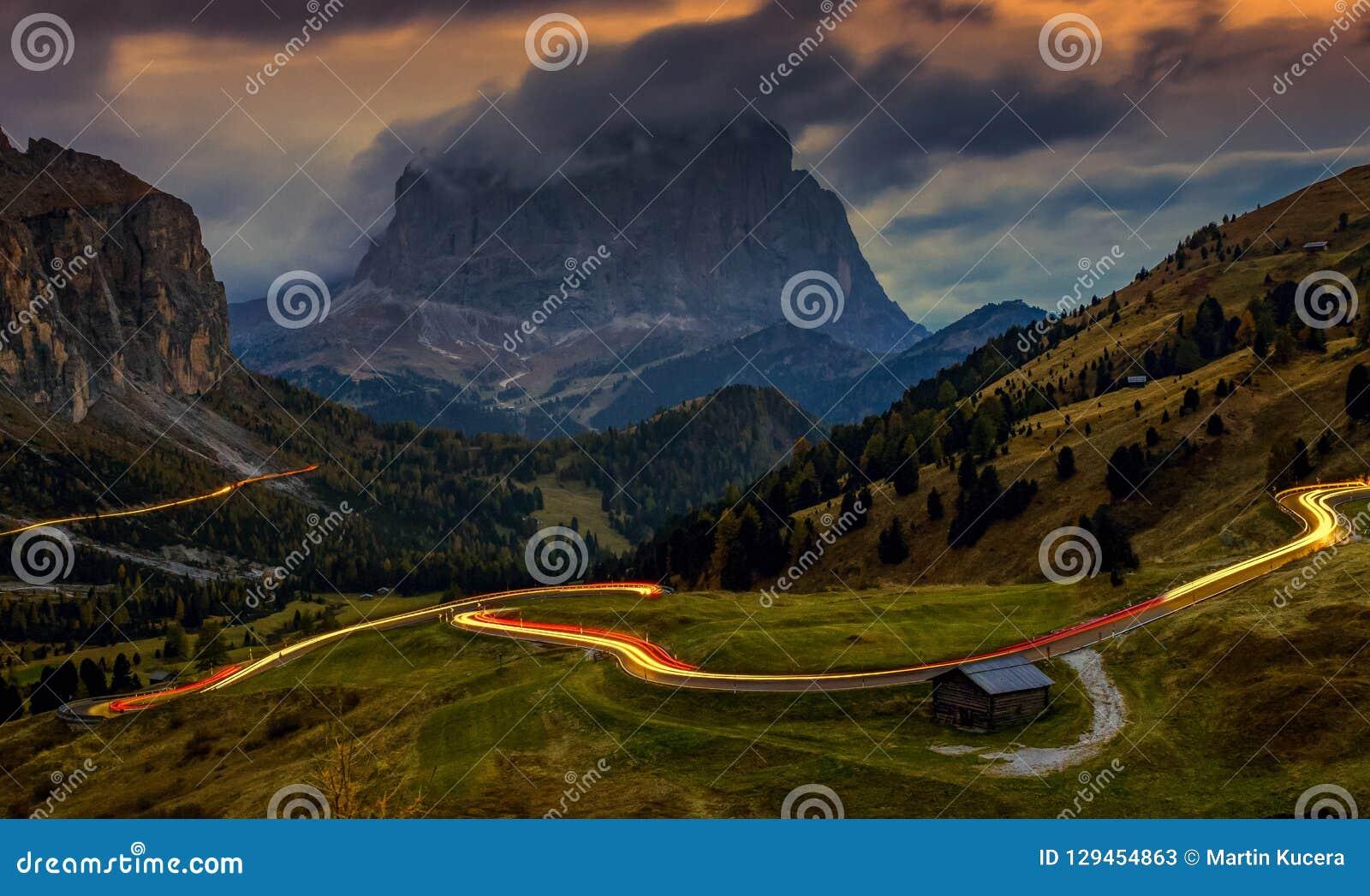 Paisaje en Passo Gardena - hora azul después de la puesta del sol, exposición larga, dolomías, Italia