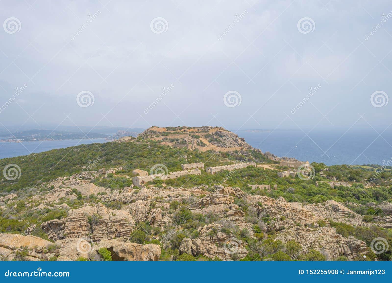 Paisaje escénico de colinas verdes y de montañas rocosas de la isla de Cerdeña