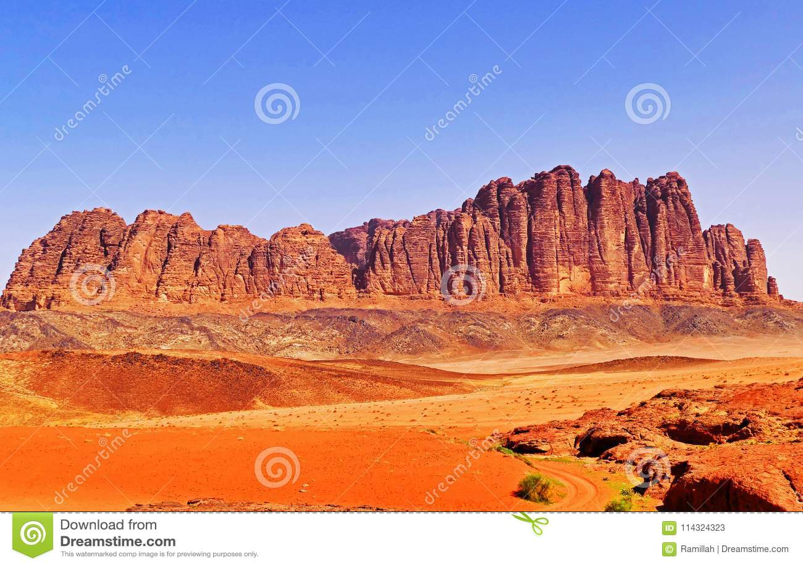 Paisaje escénico Rocky Mountain en Wadi Rum Desert, Jordania