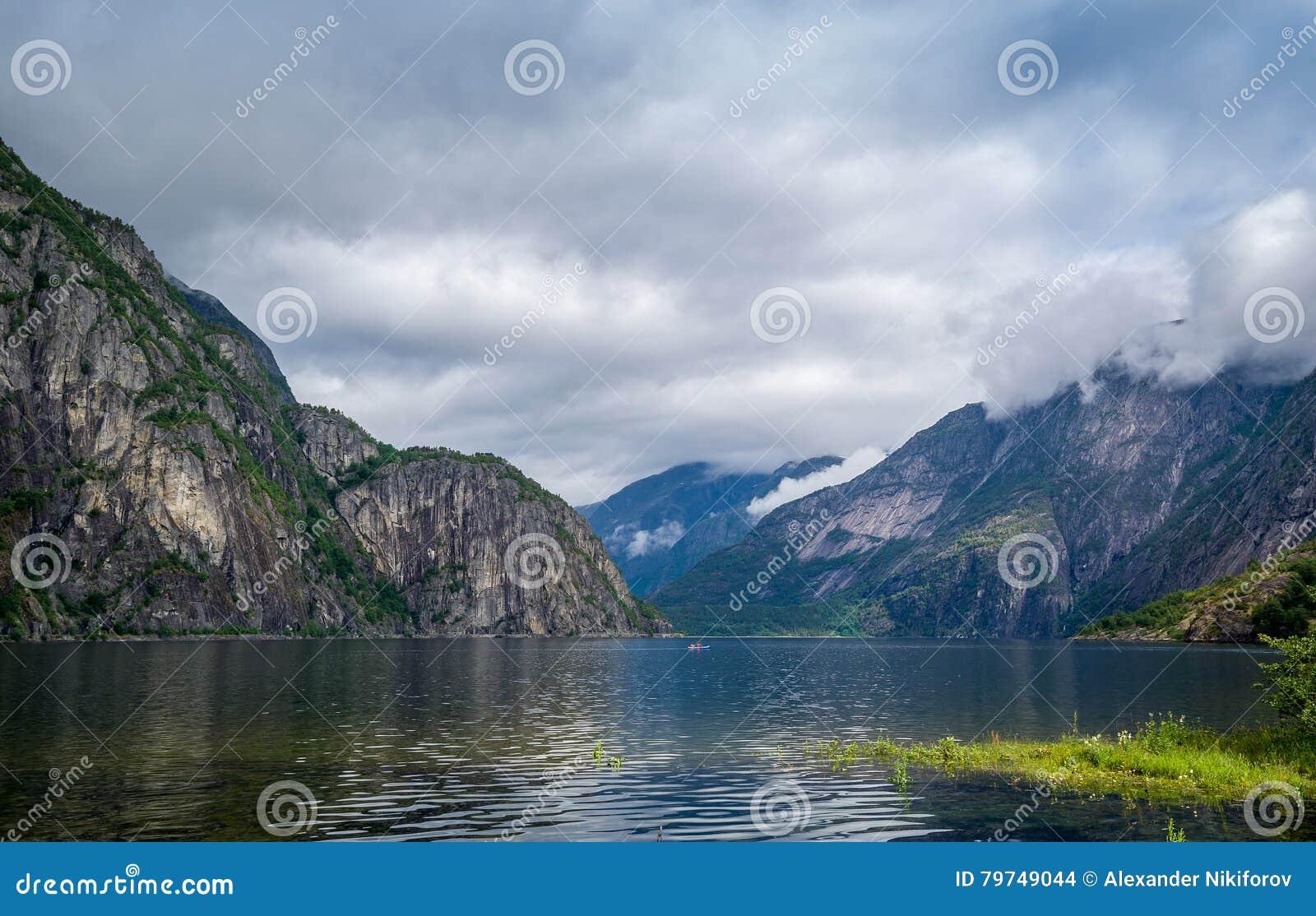 Paisaje escénico y kajak del fiordo de Noruega en el agua Eidfjord