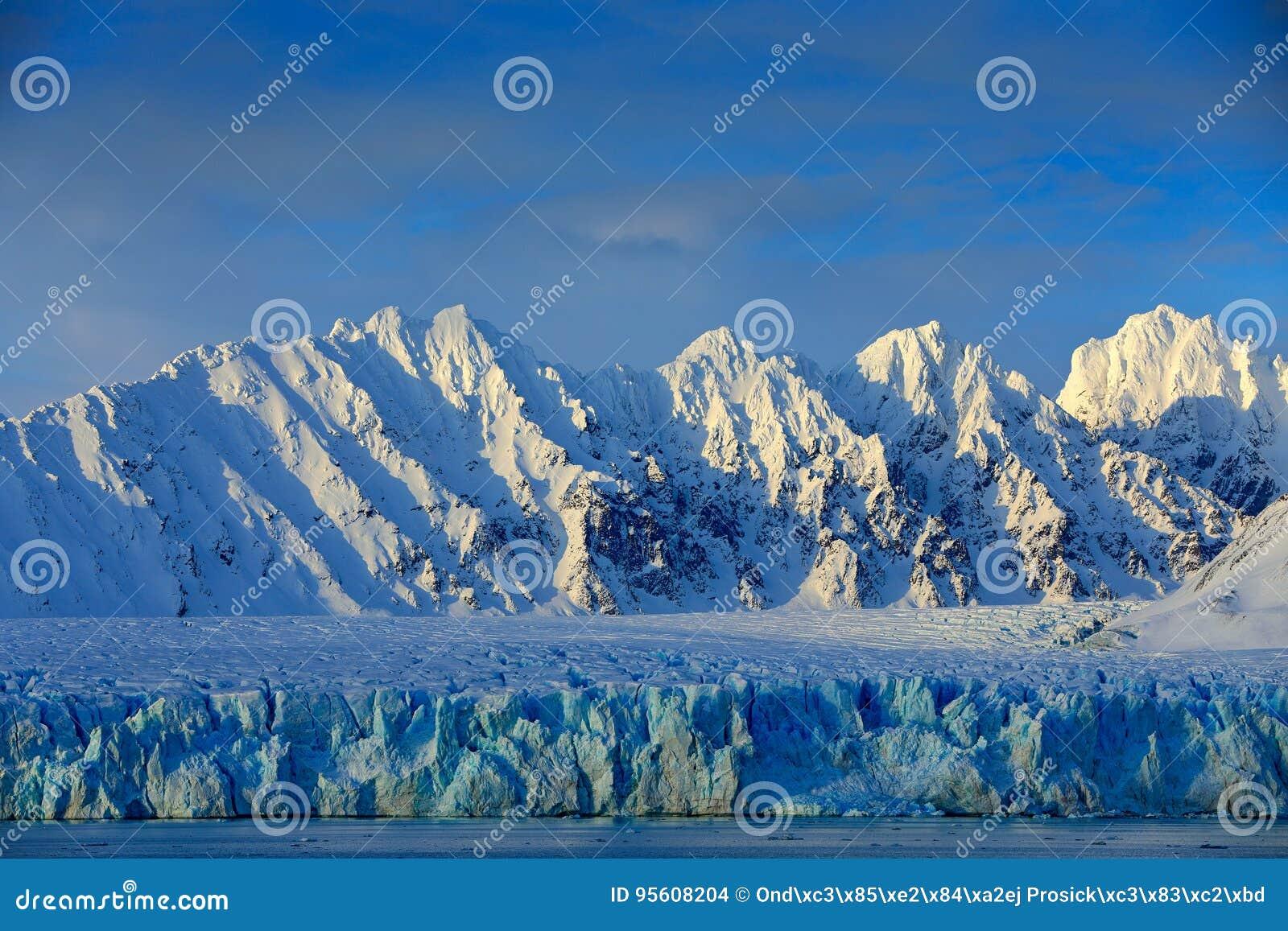 Paisaje hermoso Agua de mar fría Tierra del hielo El viajar en Noruega ártica Montaña nevosa blanca, glaciar azul Svalbard, Norwa