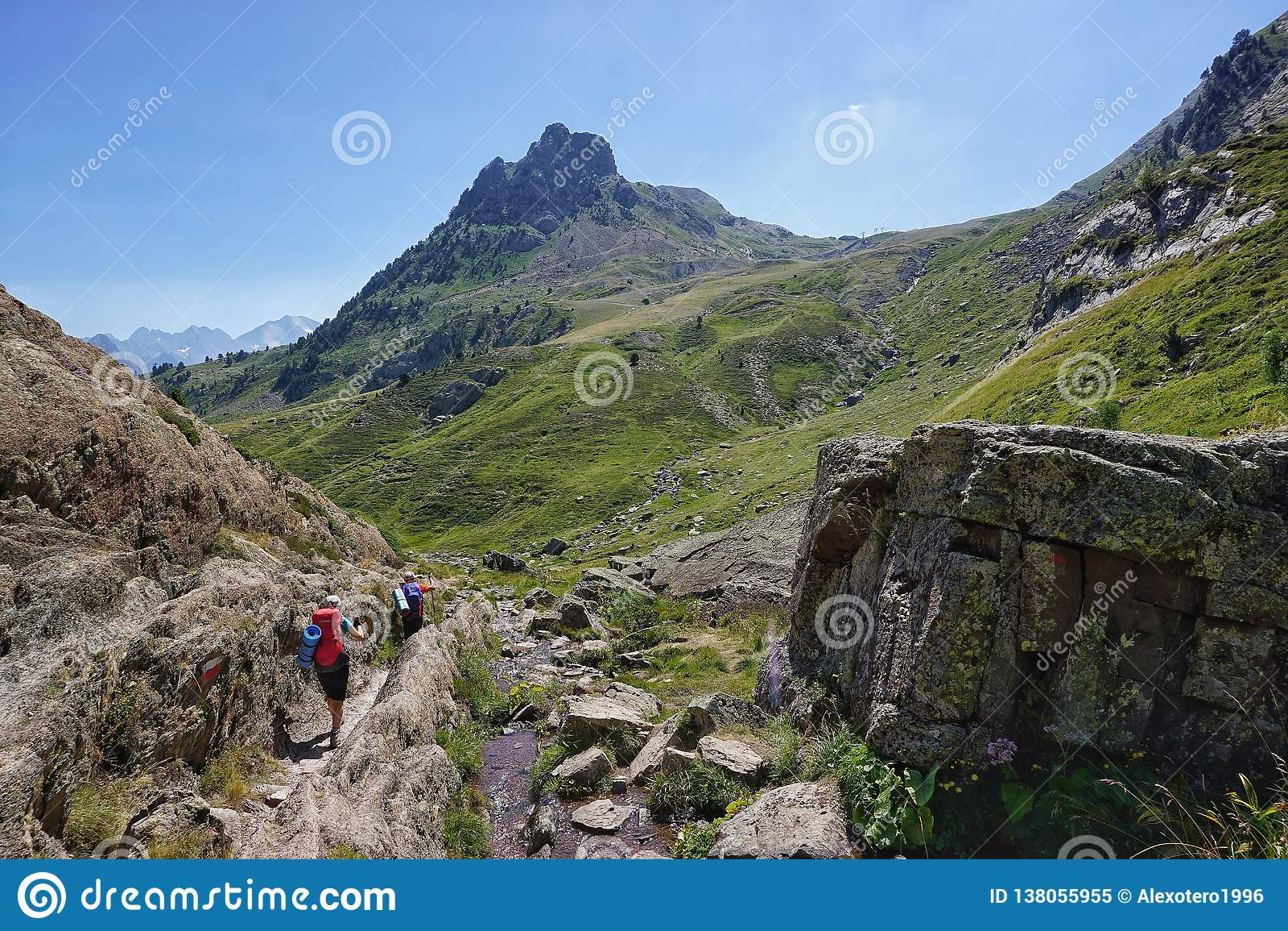 Paisaje hermoso con las montañas de Pirineos