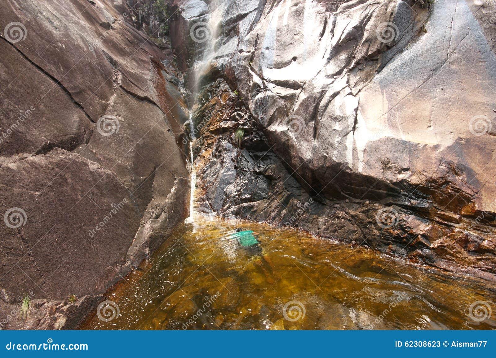 Paisaje hermoso de la cascada de Apong Jatuh en Gunung Ledang