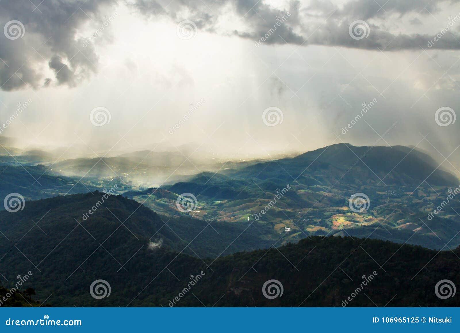 Paisaje hermoso de la colina verde de la montaña después de la lluvia