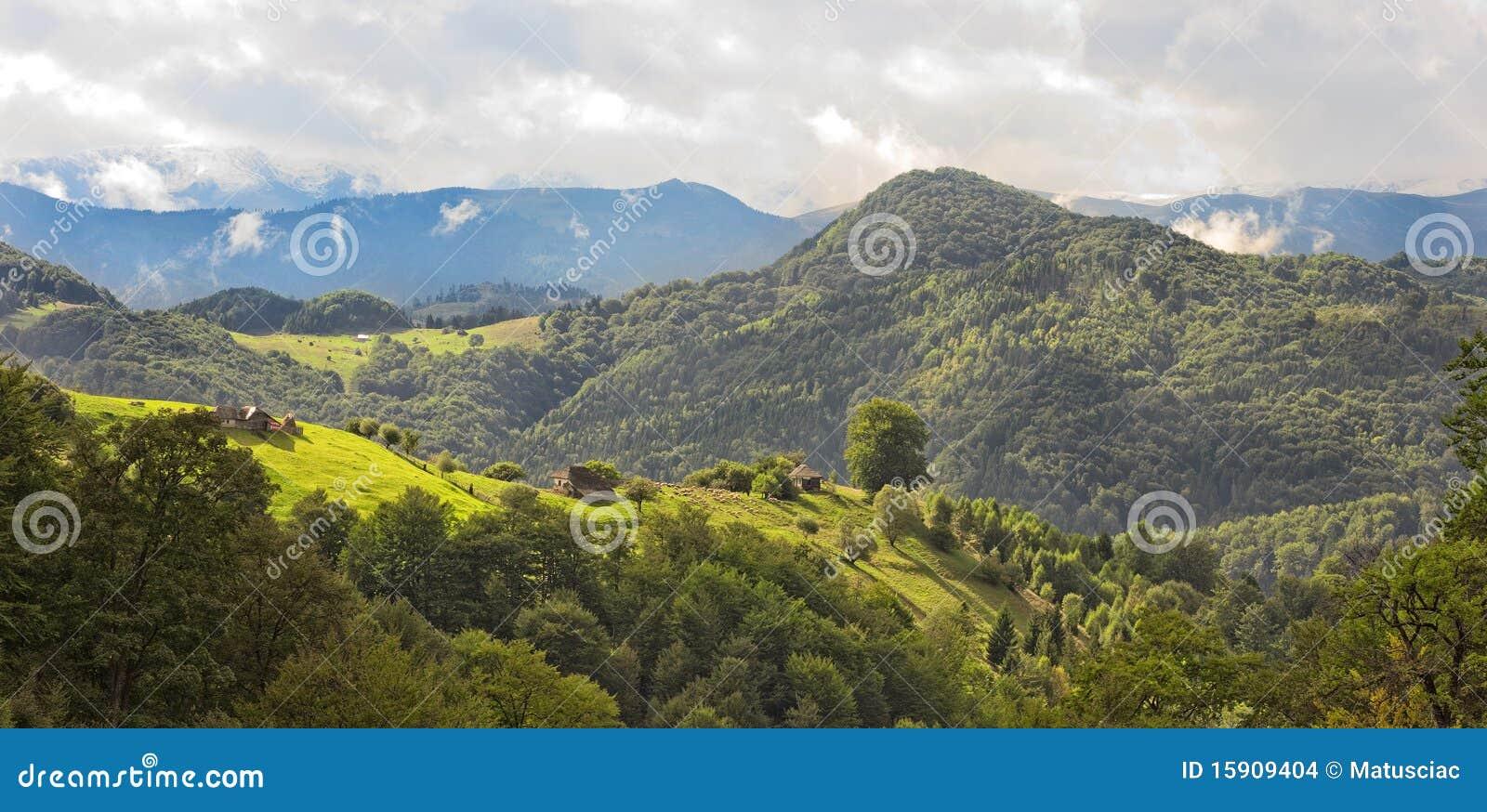 Paisaje hermoso de la montaña