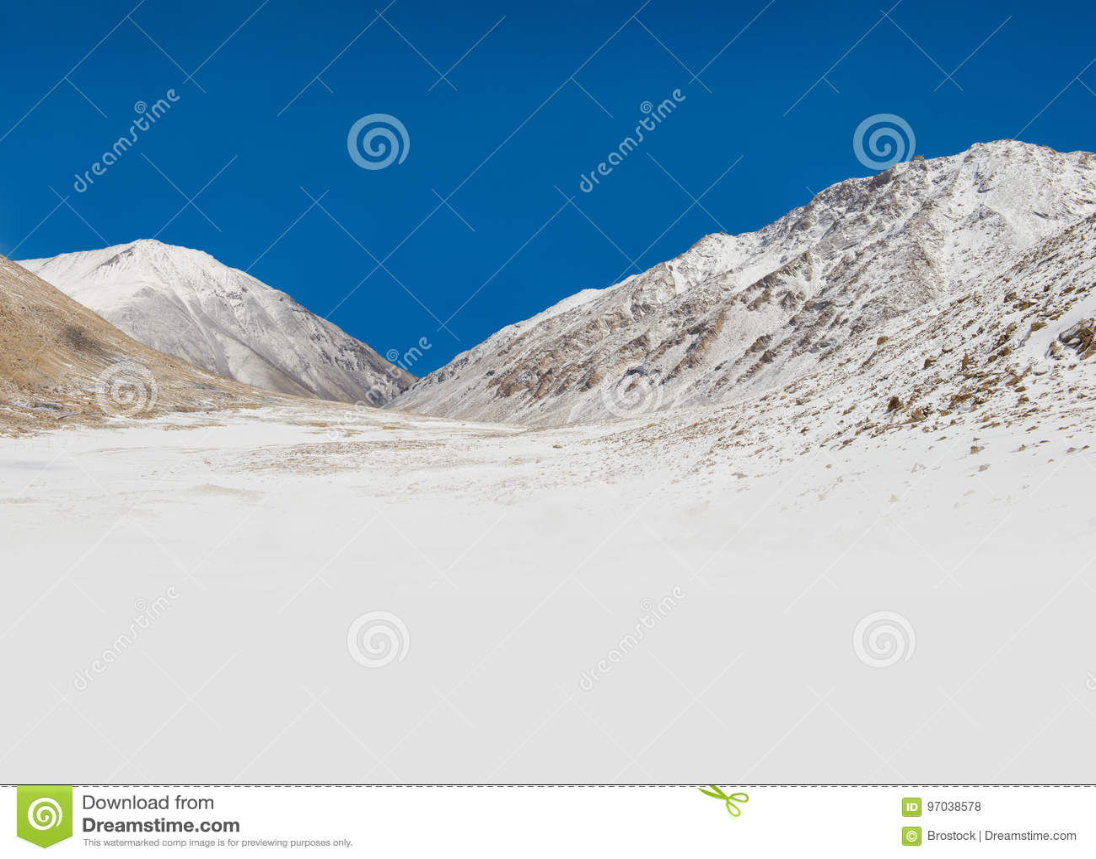 Paisaje hermoso de la montaña con nieve