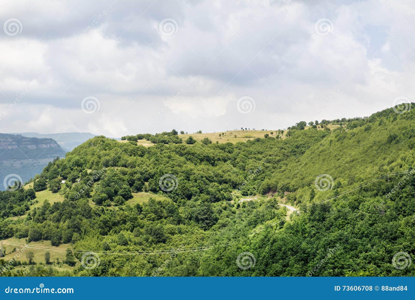 Paisaje hermoso de la montaña de Bulgaria, garganta iskar