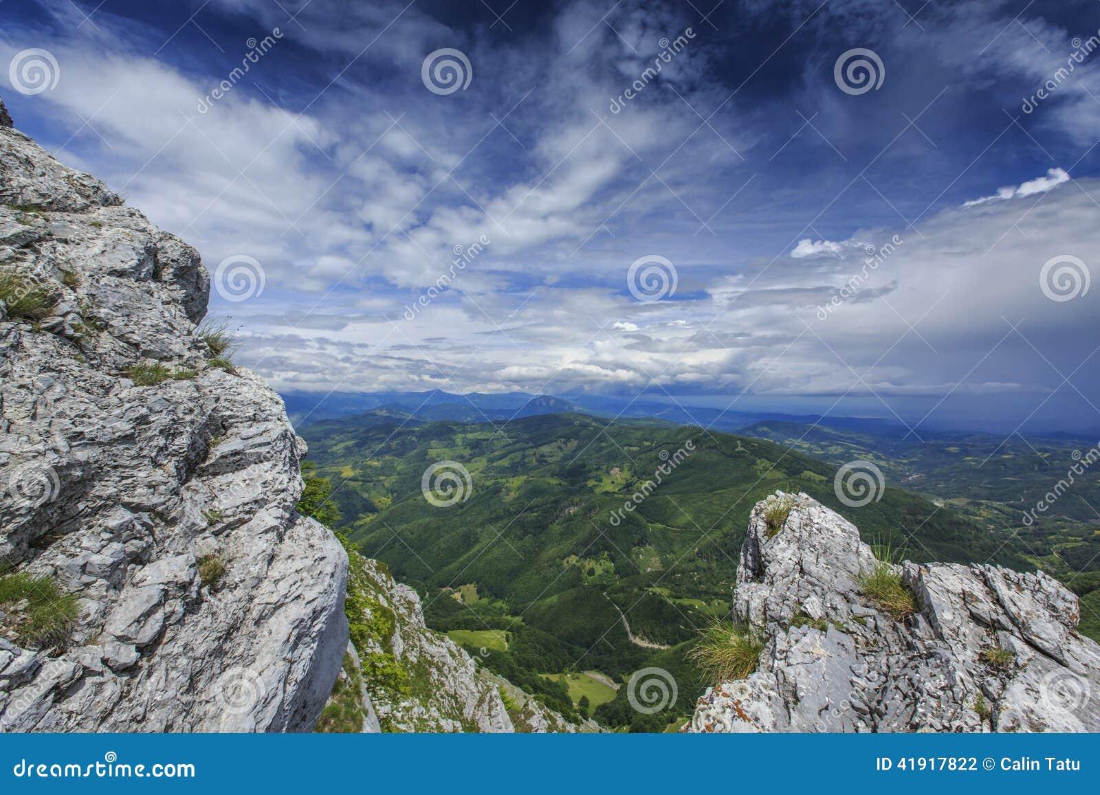 Paisaje hermoso de la montaña en las montañas