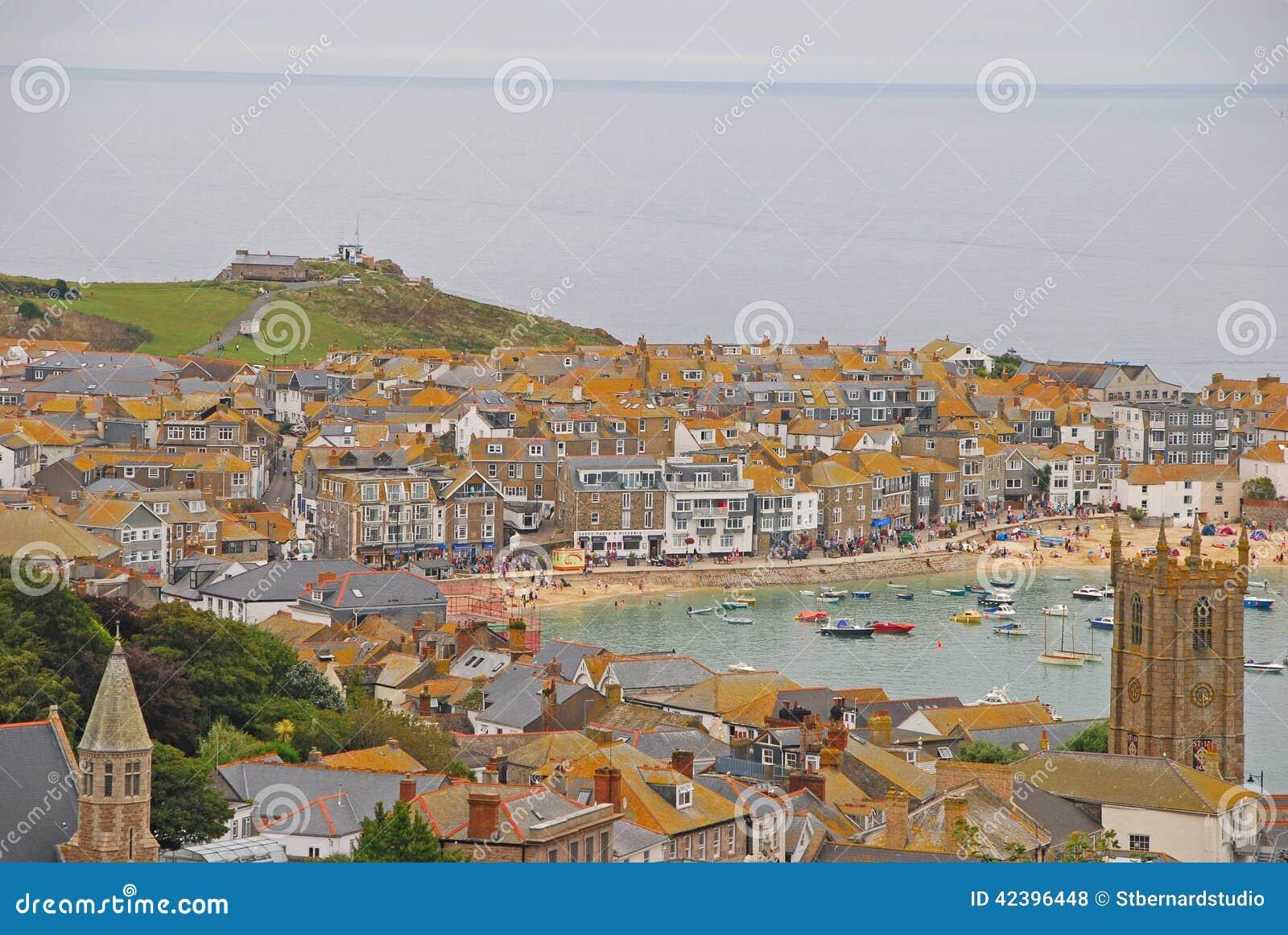 Paisaje hermoso de St Ives Cornwall con los edificios, la playa y las colinas