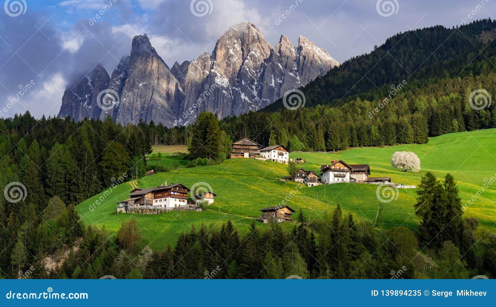 Paisaje hermoso en las montañas Santa Maddalena, Val Di Funes, dolomías, Italia Prado verde
