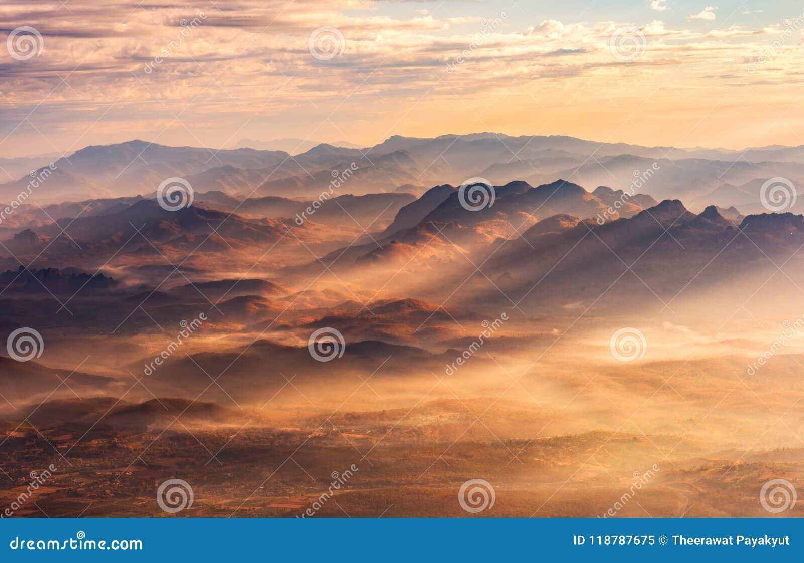 Paisaje hermoso valle de la montaña y de la niebla, capa de la montaña adentro