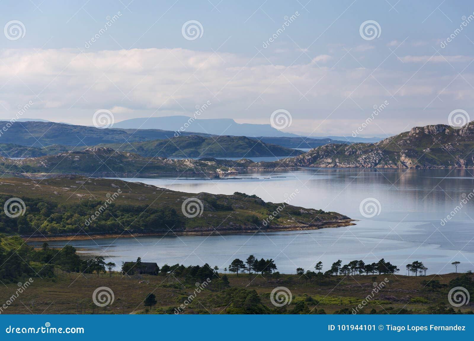 Paisaje hermoso y sereno de un lago en las montañas de Escocia, Reino Unido