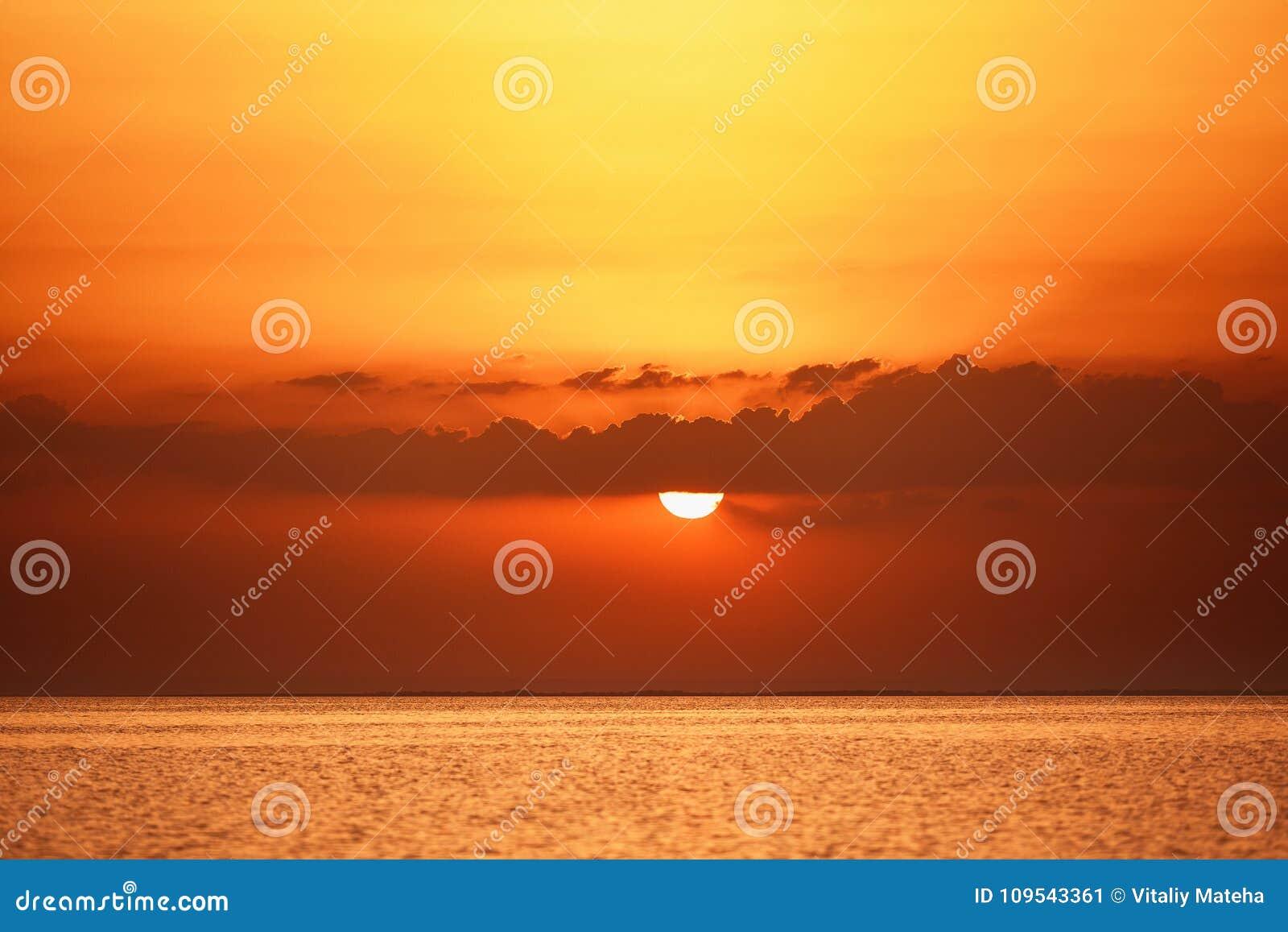 Paisaje maravilloso del mar con puesta del sol sobre el mar