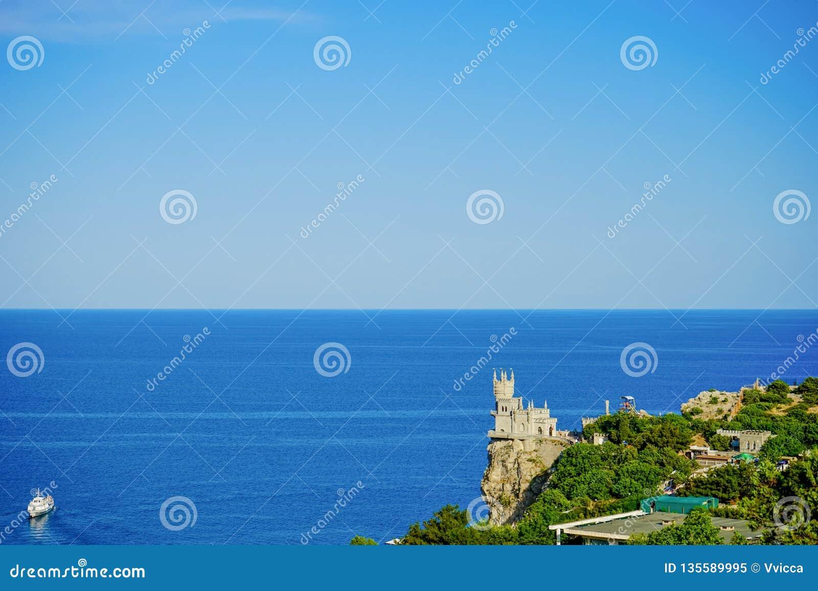 Paisaje marino con vistas a la jerarquía famosa del ` s del trago contra el mar azul