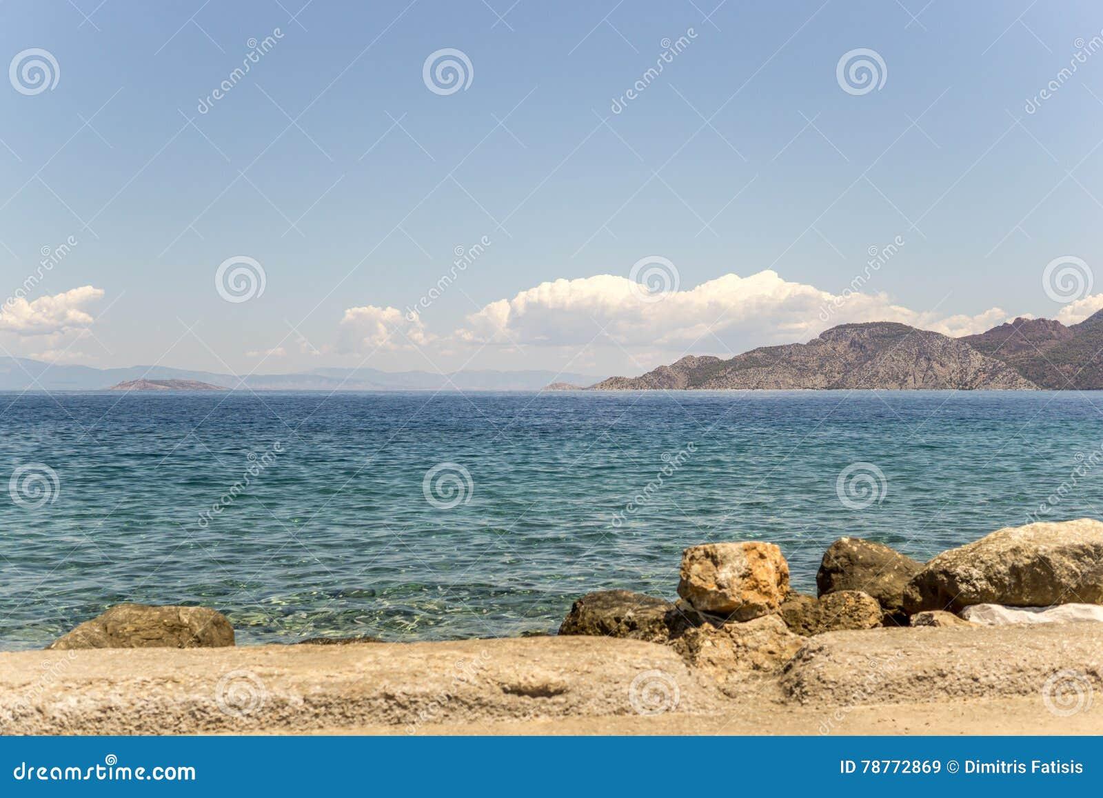 Paisaje marino de la mañana con las nubes agradables
