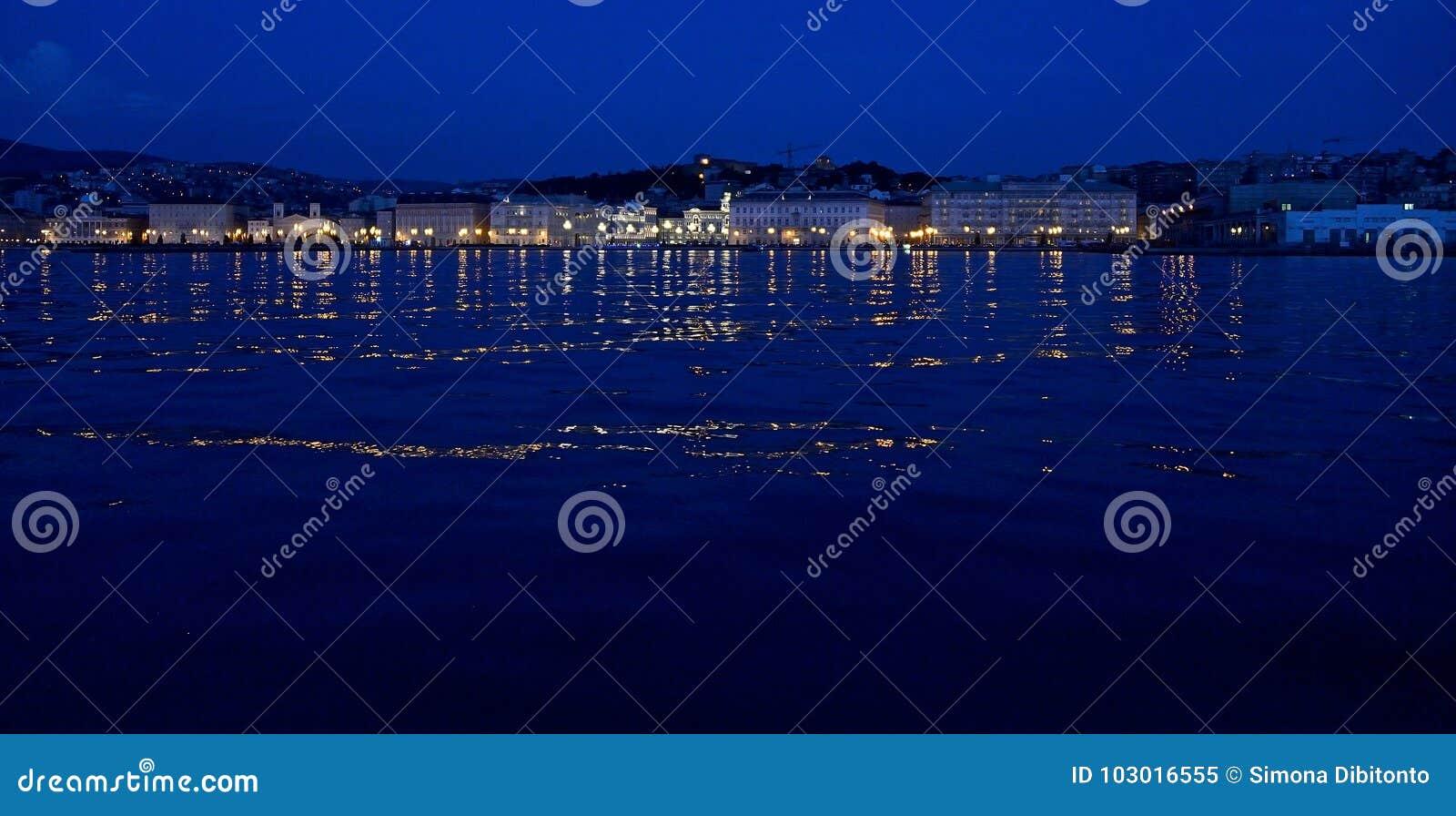 Paisaje marino de la noche de Trieste