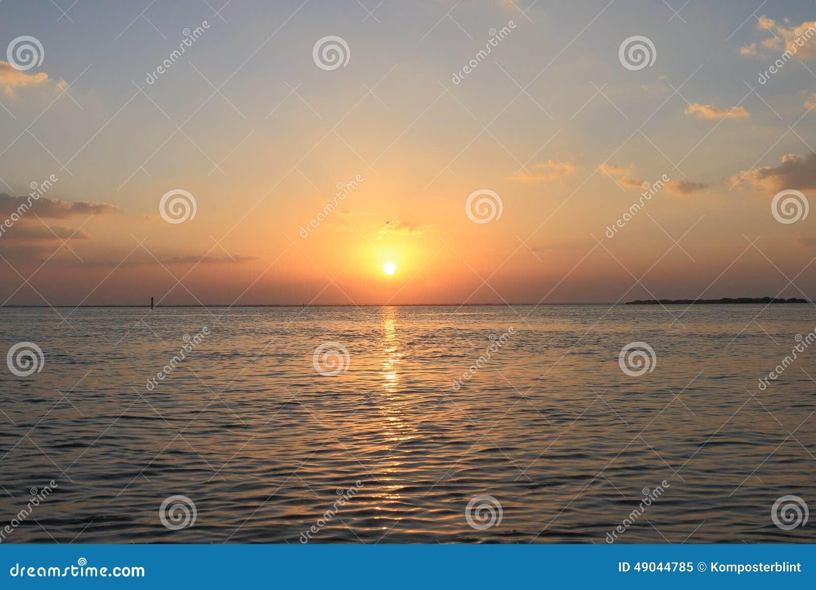 Paisaje marino de la salida del sol