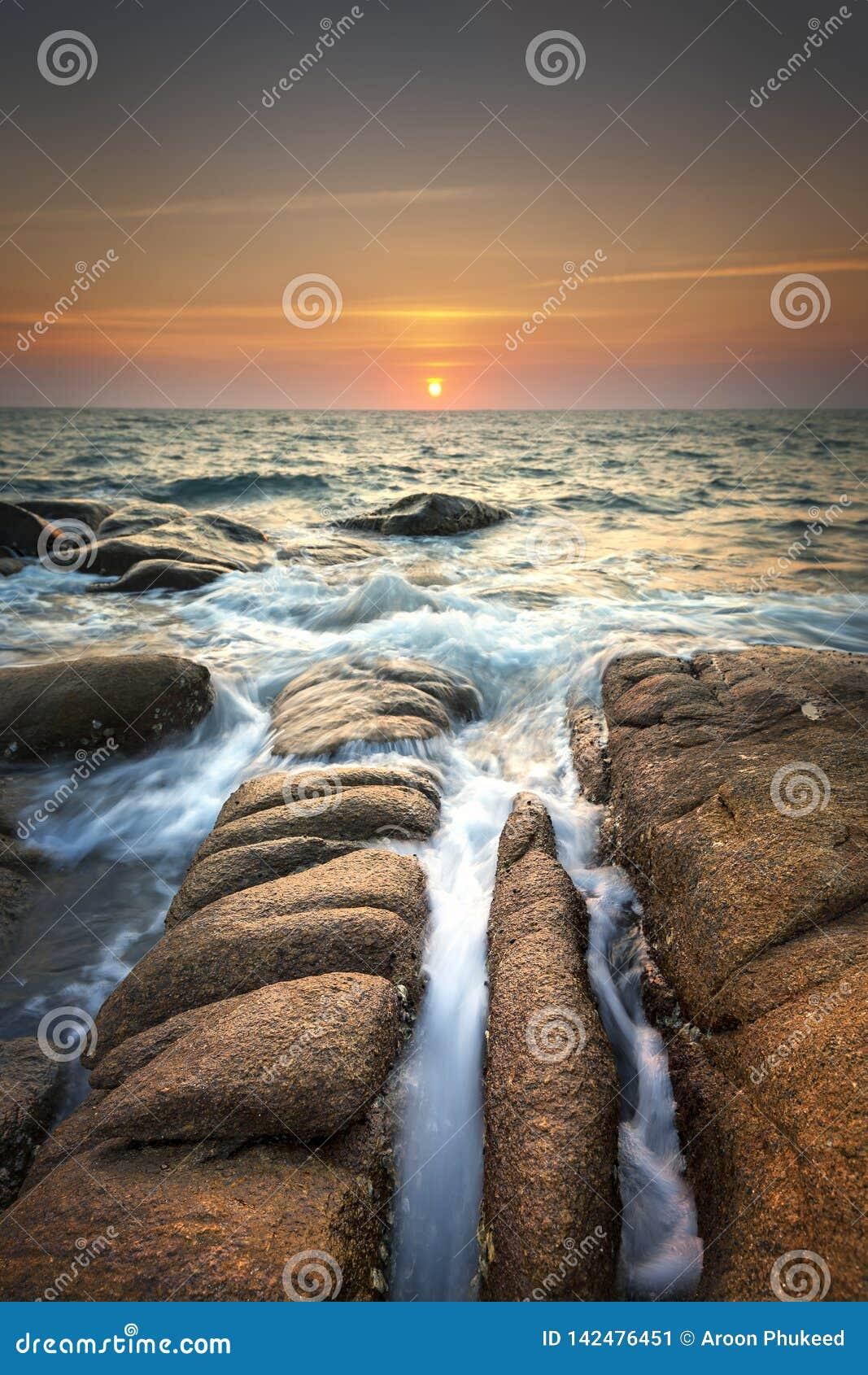 Paisaje marino durante puesta del sol Paisaje marino natural hermoso del verano durante ocaso