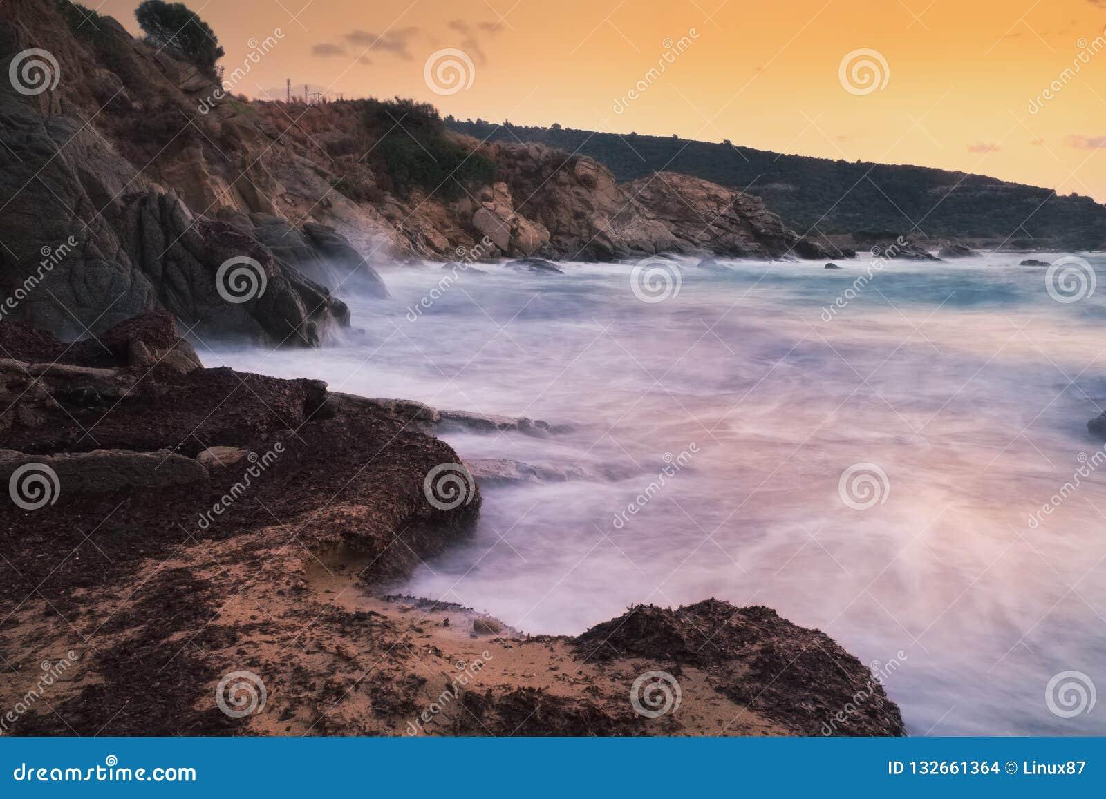 Paisaje marino largo de la puesta del sol de la exposición