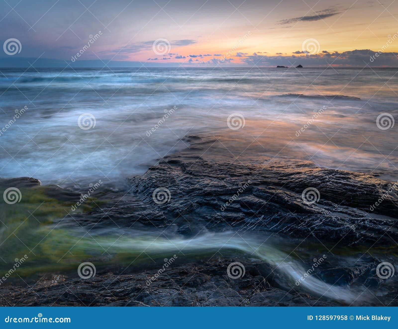 Paisaje marino sereno y luz pasada, Constantine Bay, Cornualles