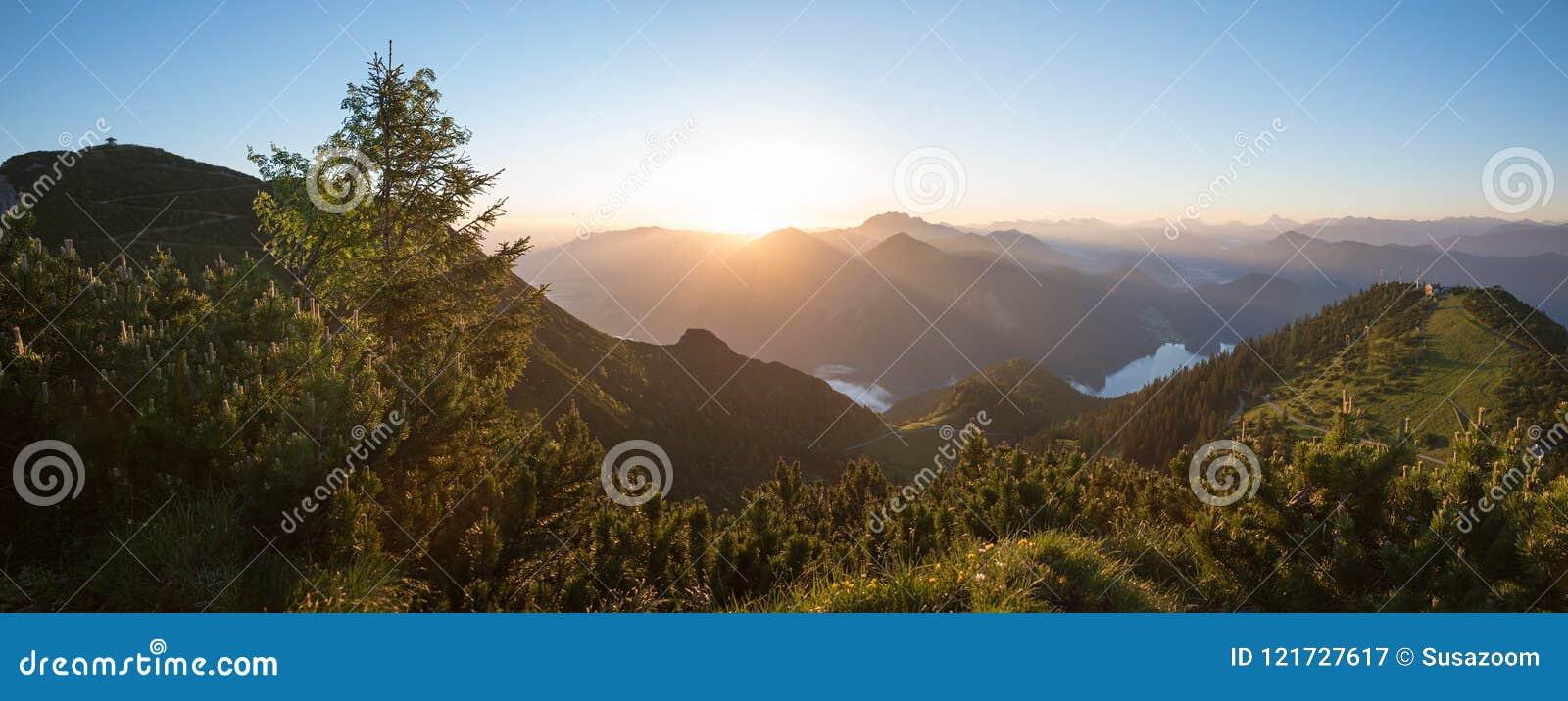 Paisaje pacífico de la salida del sol en las montañas bávaras
