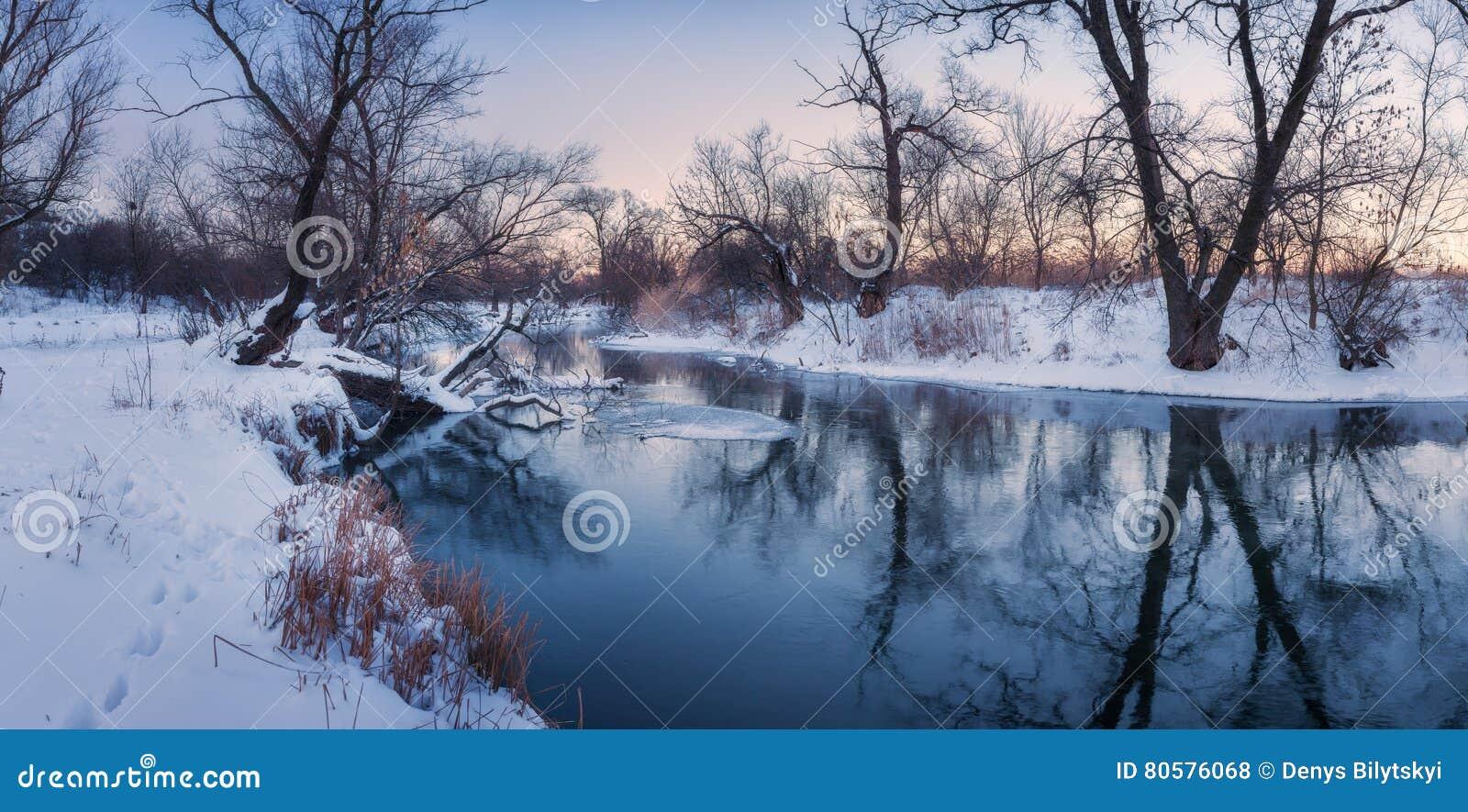 Paisaje panorámico con los árboles, río congelado hermoso del invierno en