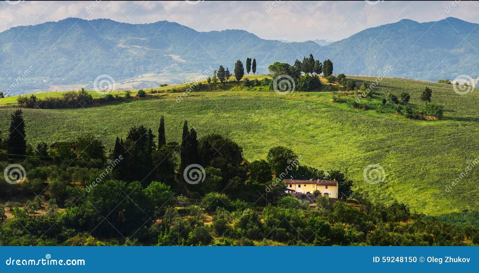 Paisaje rural con las casas que se colocan solamente en la provincia del Tu