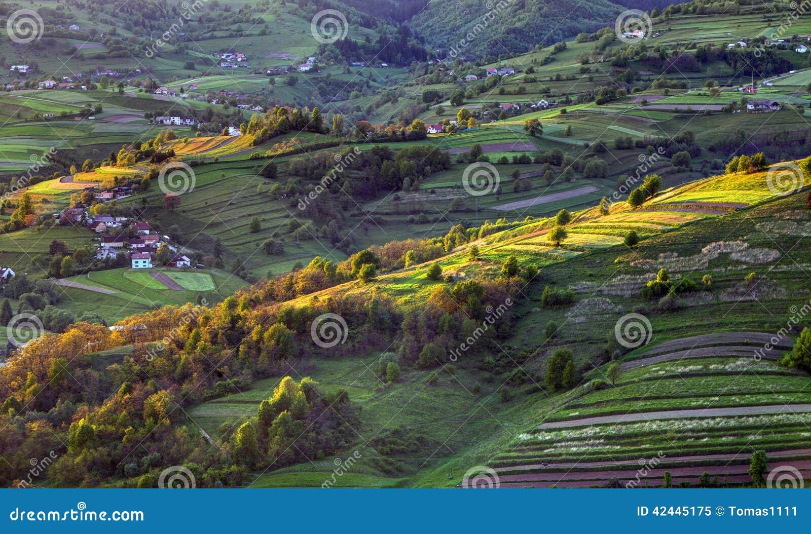 Paisaje rural de la colina de la primavera verde, Eslovaquia