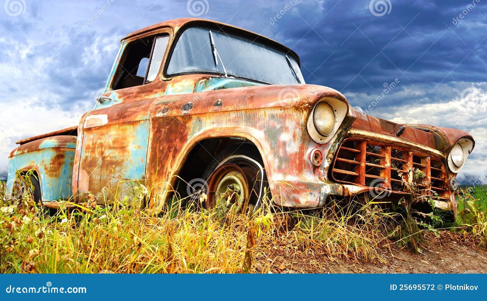 Paisaje rural pintoresco con el coche viejo.