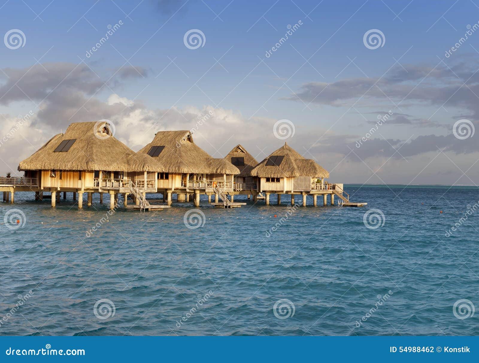 Paisaje Típico De Las Islas Tropicales - Chozas, Casas De Madera ...