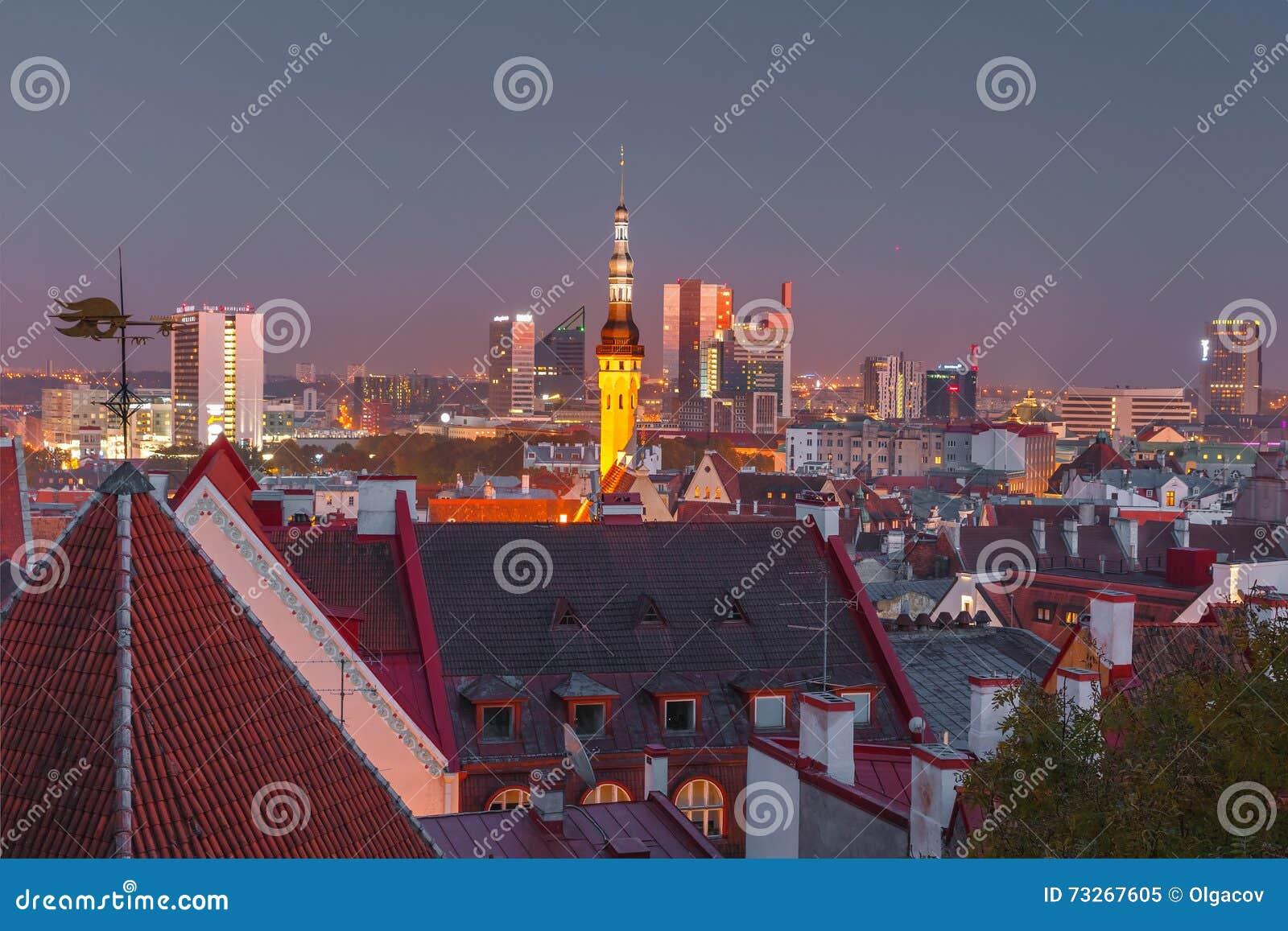 Paisaje urbano aéreo de la noche de Tallinn, Estonia