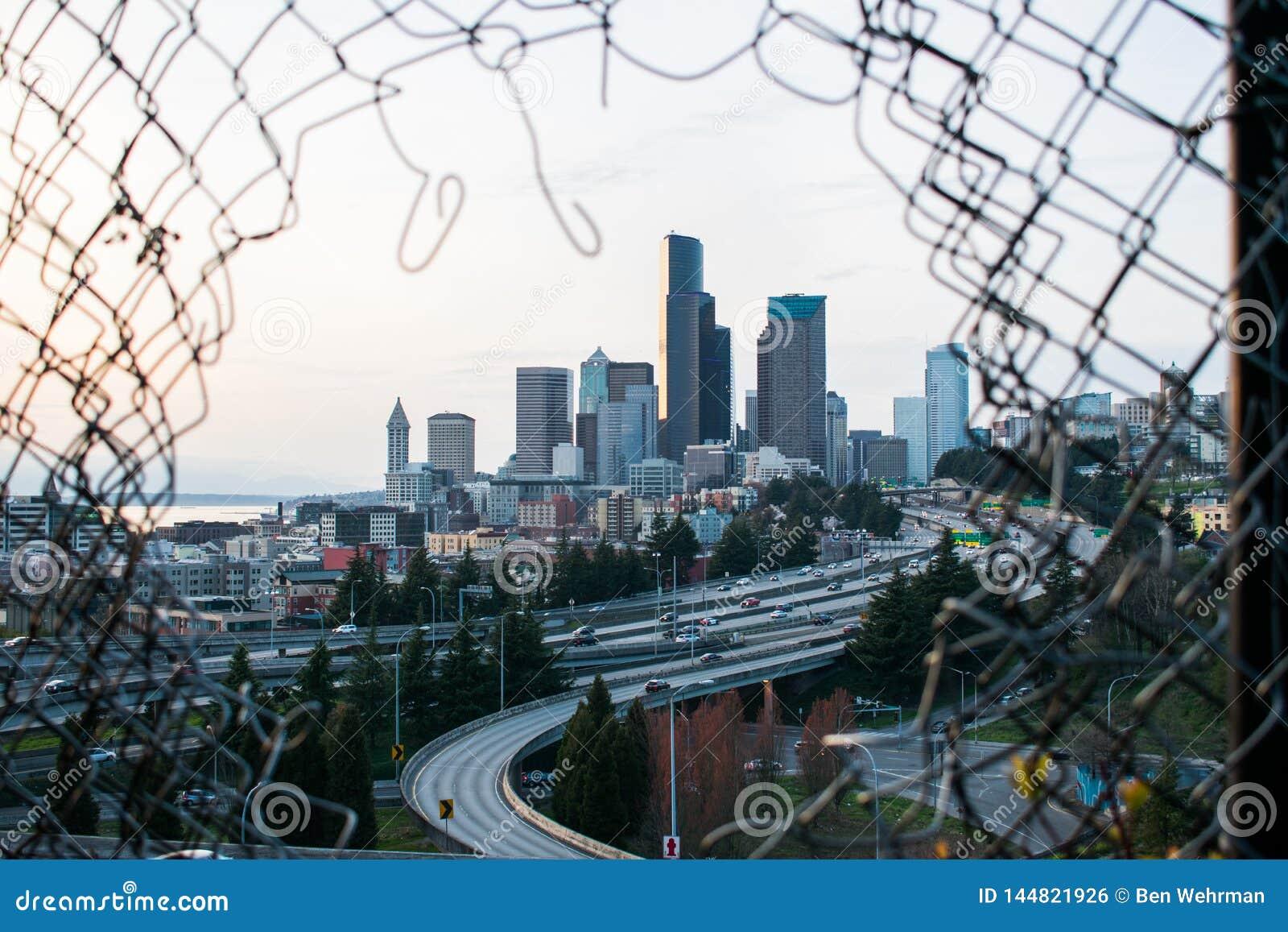Paisaje urbano con enmarcar de la cerca
