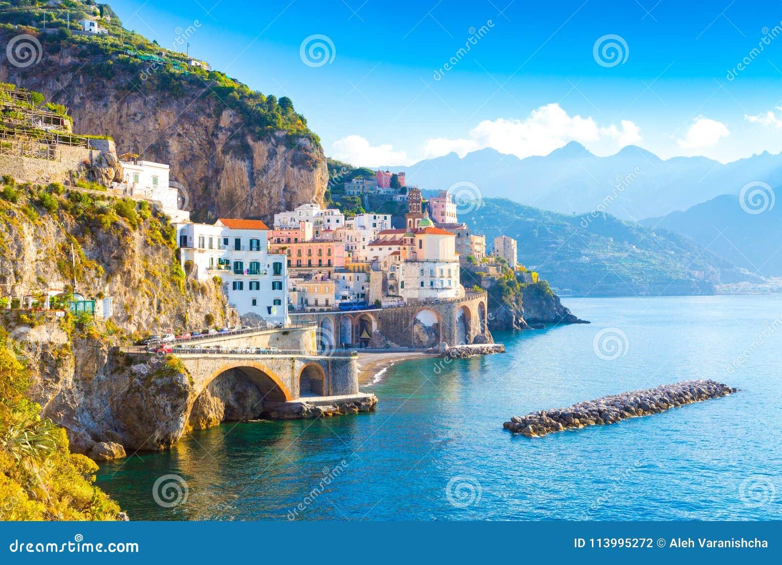 Paisaje urbano de Amalfi en la línea de la costa de mar Mediterráneo, Italia