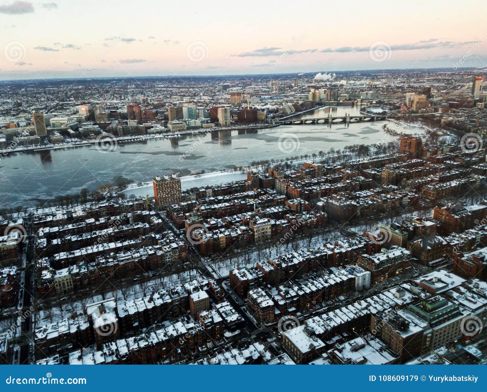 Paisaje urbano de Boston y del río Charles por la tarde en invierno