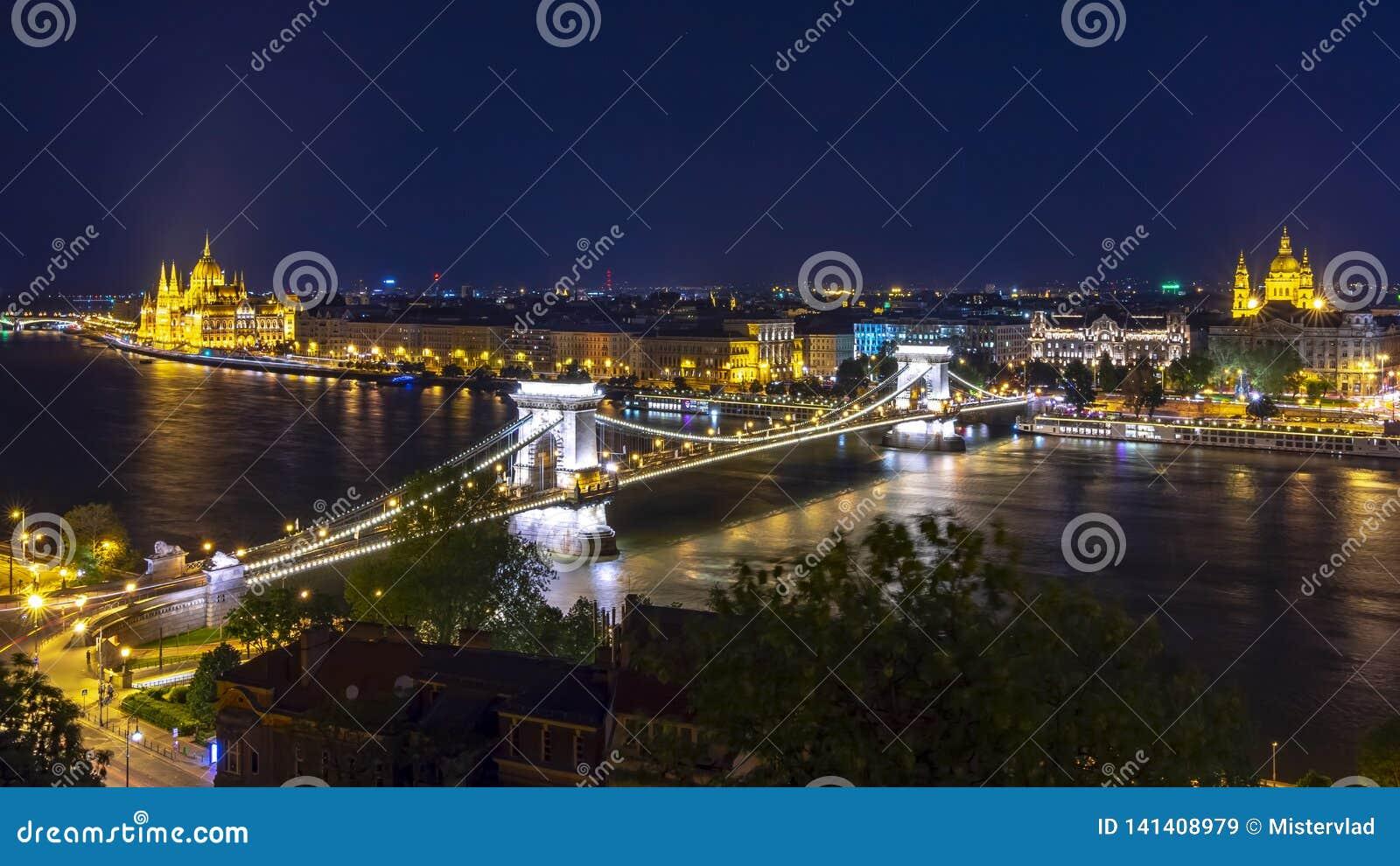 Paisaje urbano de Budapest con la basílica de St Stephen, el puente de cadena y el parlamento húngaro en la noche, Hungría