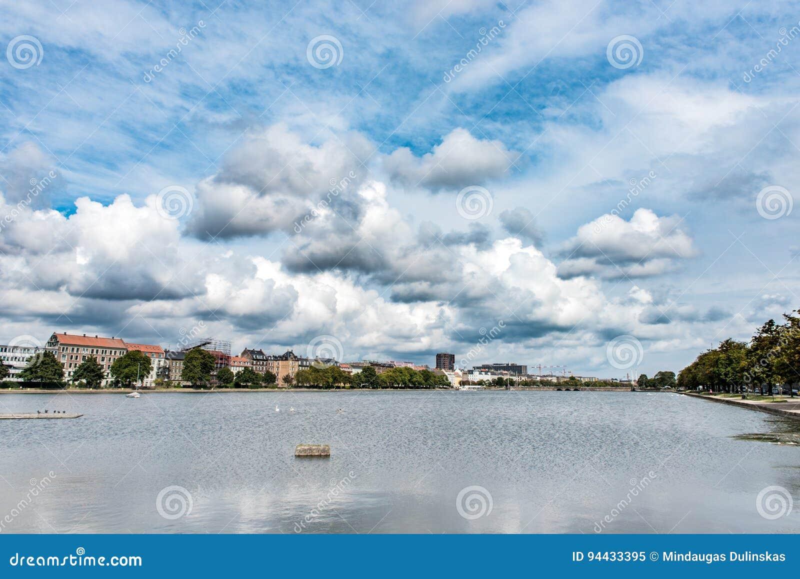 Paisaje urbano de Copenhague, Dinamarca Río y cielo azul nublado
