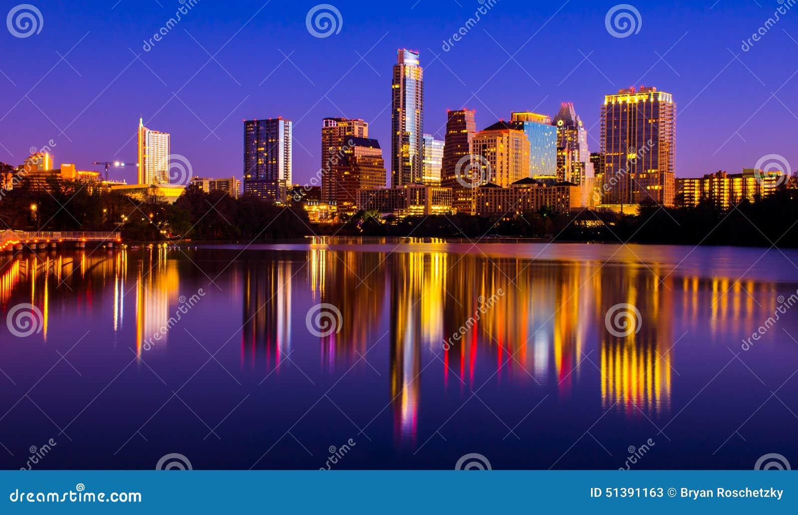Paisaje urbano 2015 de la reflexión de espejo del puente peatonal de la orilla de Austin Texas Skyline